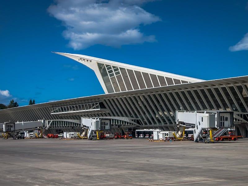 Aeropuerto Bilbao Loiu 01 Fomento trae de vuelta a tres becarios gipuzkoanos de zonas de riesgo por coronavirus