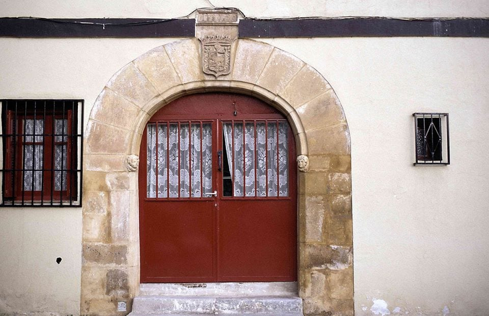 Arco de ingreso, caserío Okendotegi. Foto: Áncora