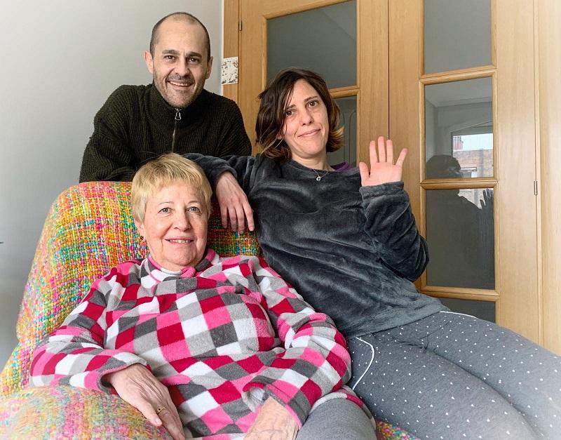 Aitzol, Larraitz y Luixi en su casa de Lasarte-Oria. Foto: Donostitik
