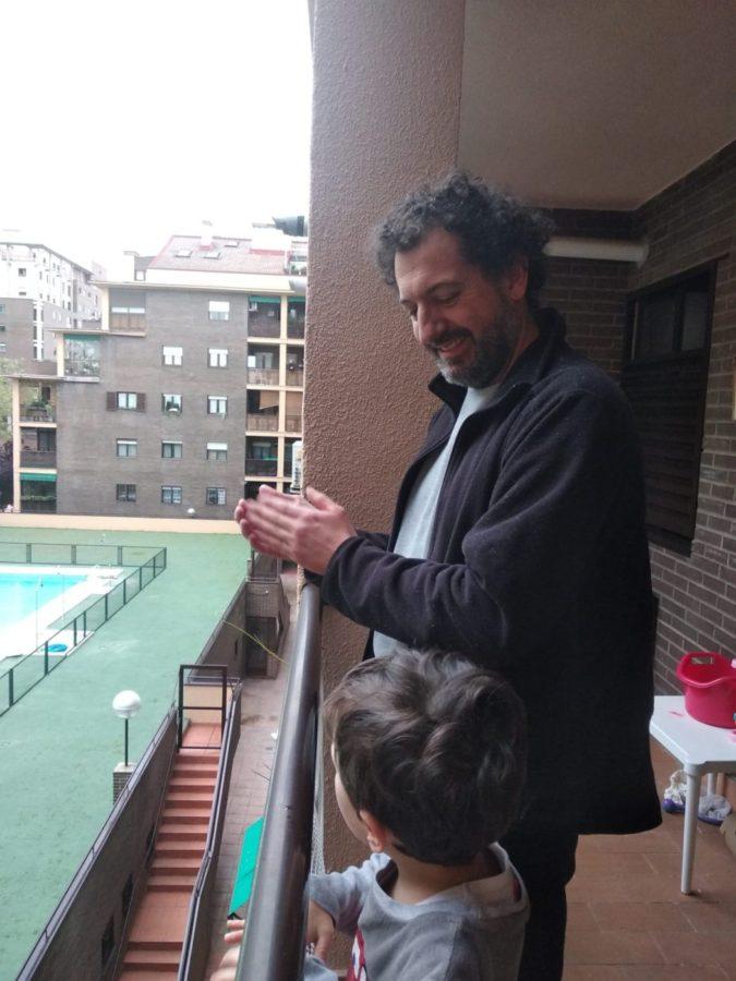 César Ferrero con su hijo Mikel aplaudiendo a las 20 horas en Tres Cantos, Madrid. Foto: Donostitik