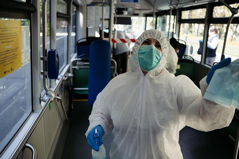 Desinfectando autobuses en el Boulevard. Foto: Santiago Farizano
