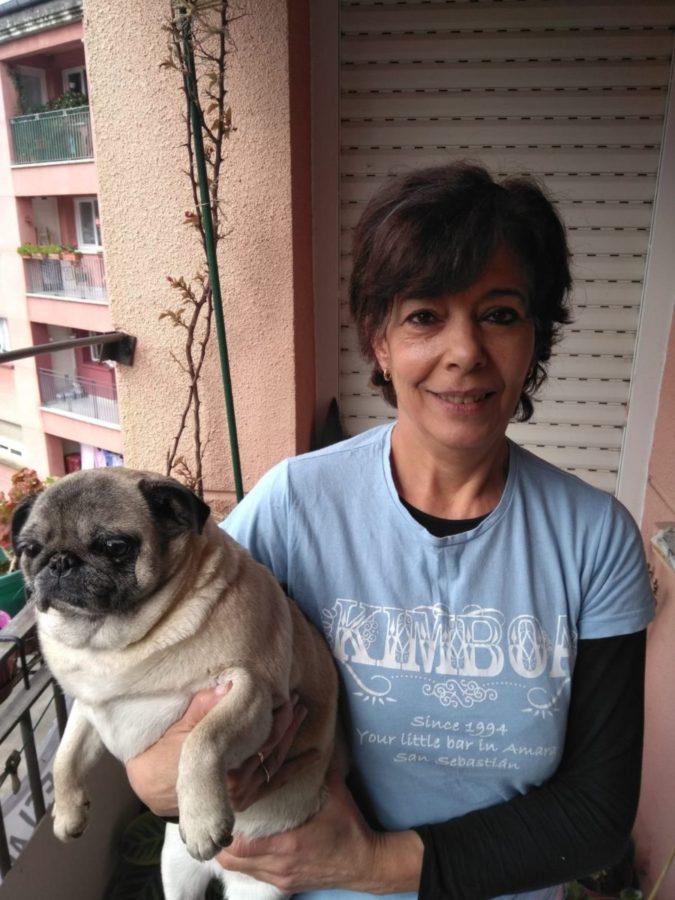 Coro acompañada de su perro. Foto: Donostitik