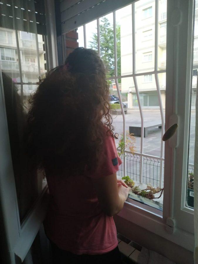 Camila observando desde una de sus ventanas la calle. Foto: Donostitik