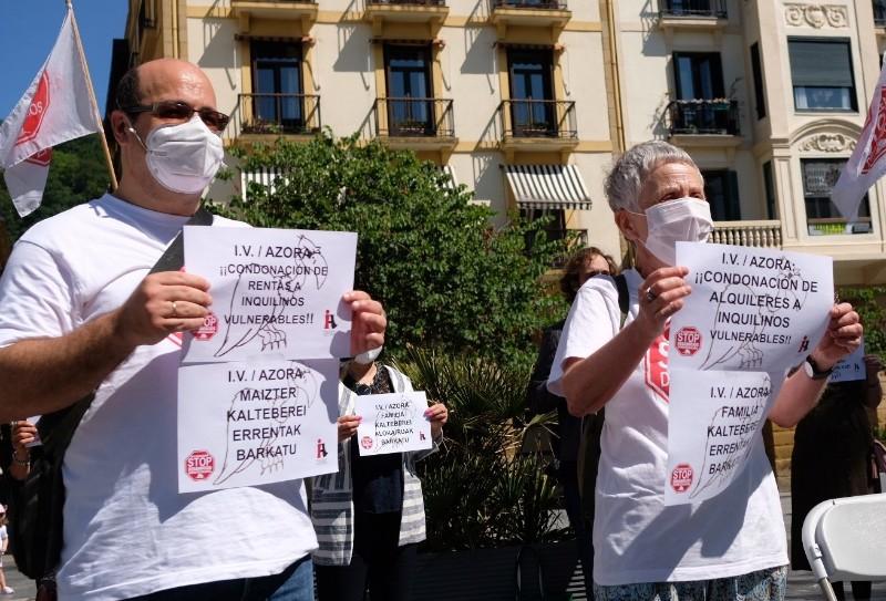 Marce García y Rosa García, de Stop Desahucios, en la calle Igentea en una imagen de archivo. Foto: Santiago Farizano