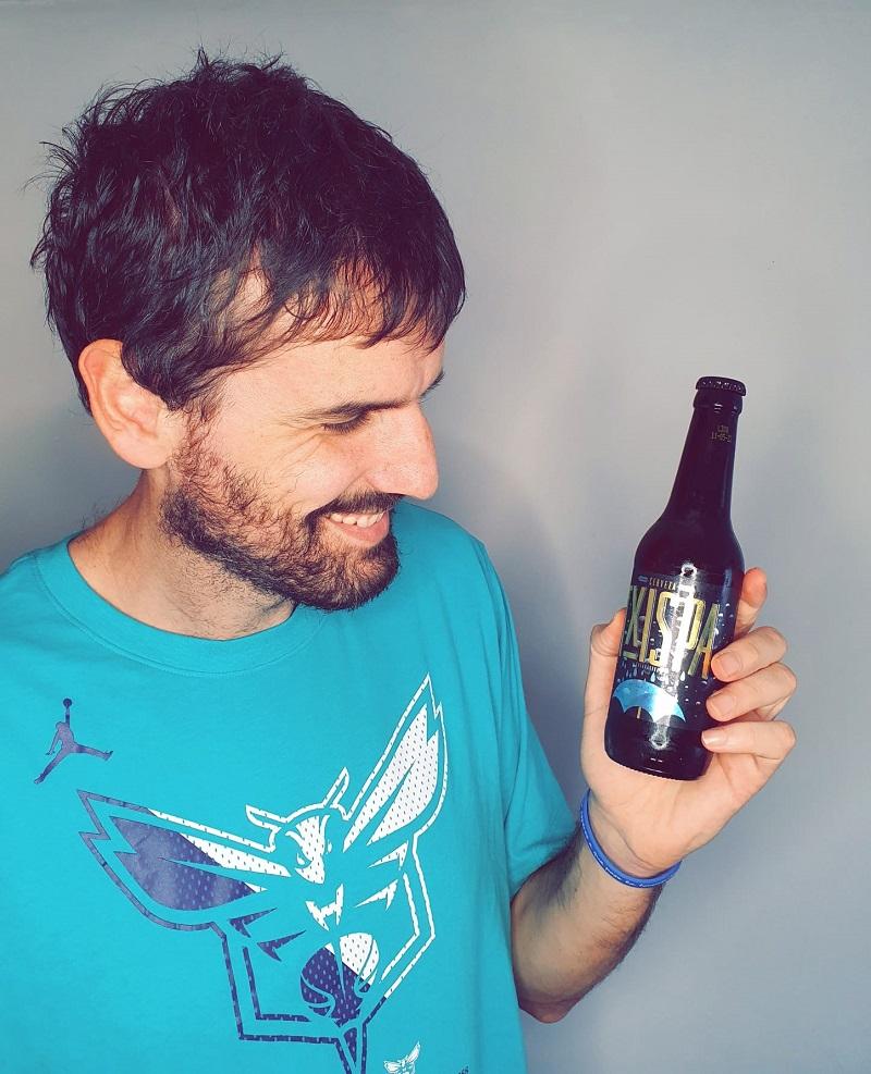 Asier de la Iglesia con una Cerveza Txispa. Foto: Cerveza Txispa