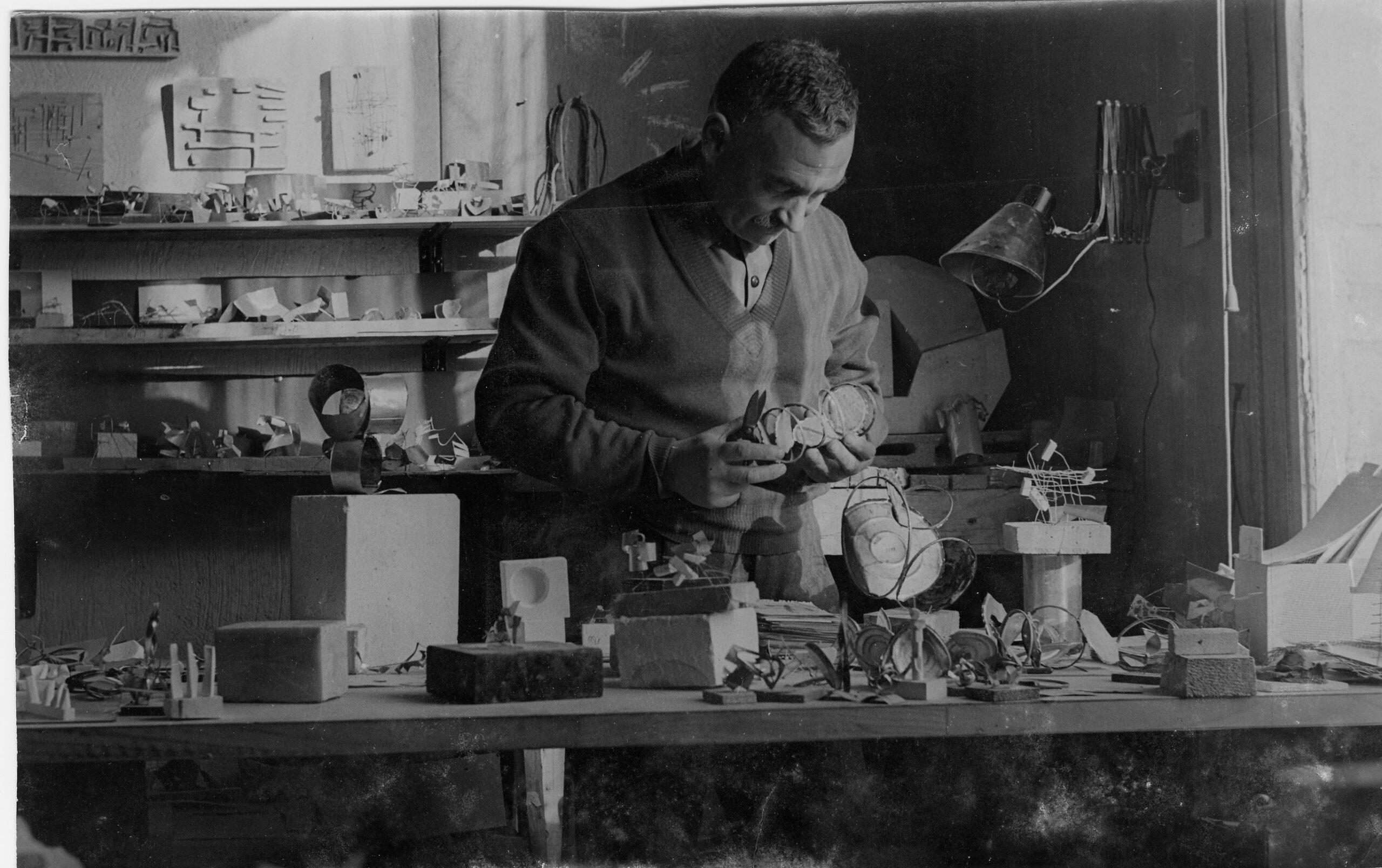 Jorge Oteiza en su taller. Foto: Museo Oteiza