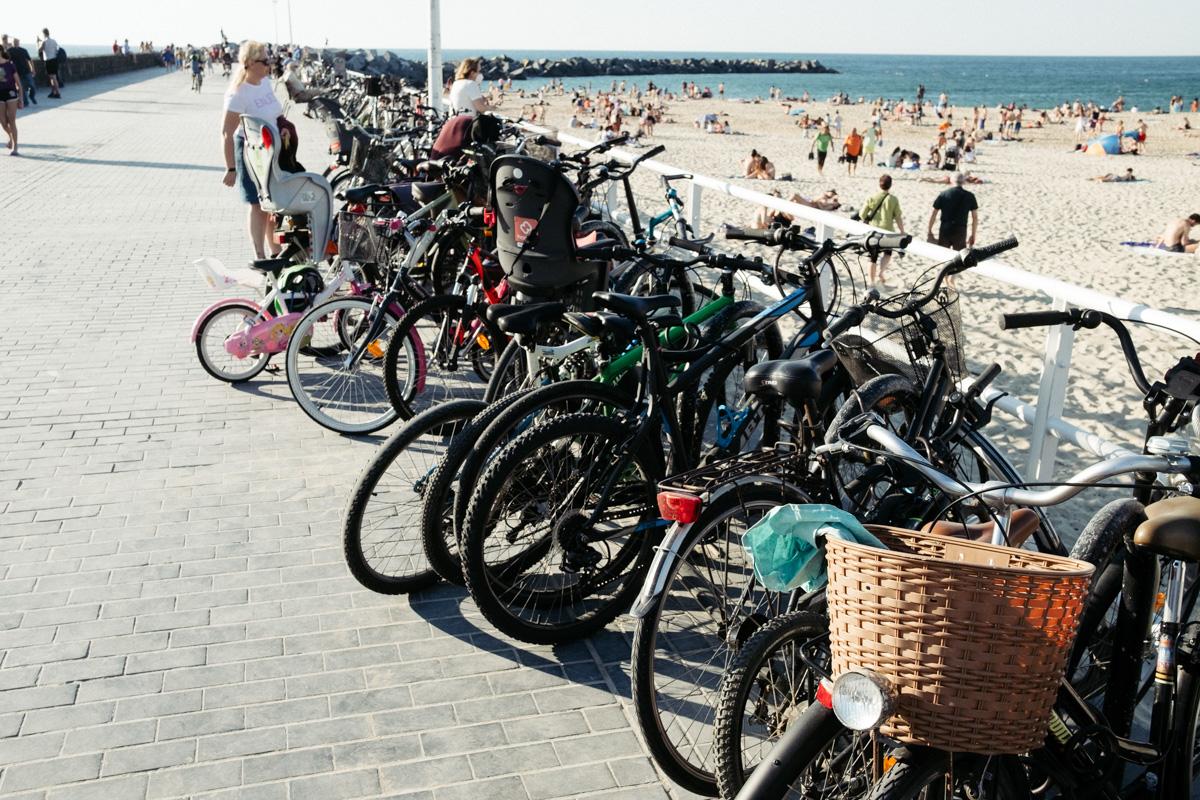 Bicicletas en el paseo de la Zurriola en verano. Foto: Santiago Farizano