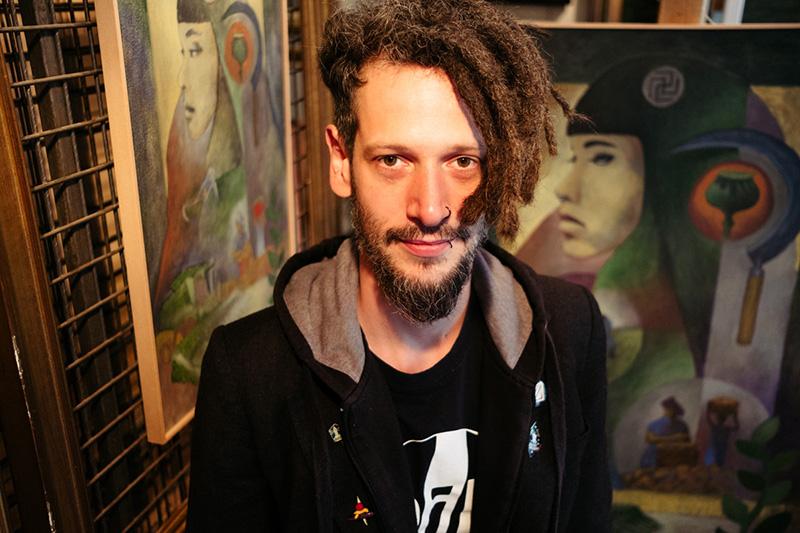 El pintor Ibon Gurrutxaga que expone en el Rincón del Arte de la Avenida Madrid. Fotos: Santiago Farizano