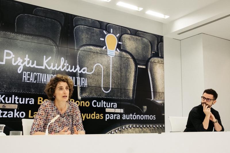 El diputado Harkaitz Millán con la directora de Cultura María José Telleria. Foto: Santiago Farizano