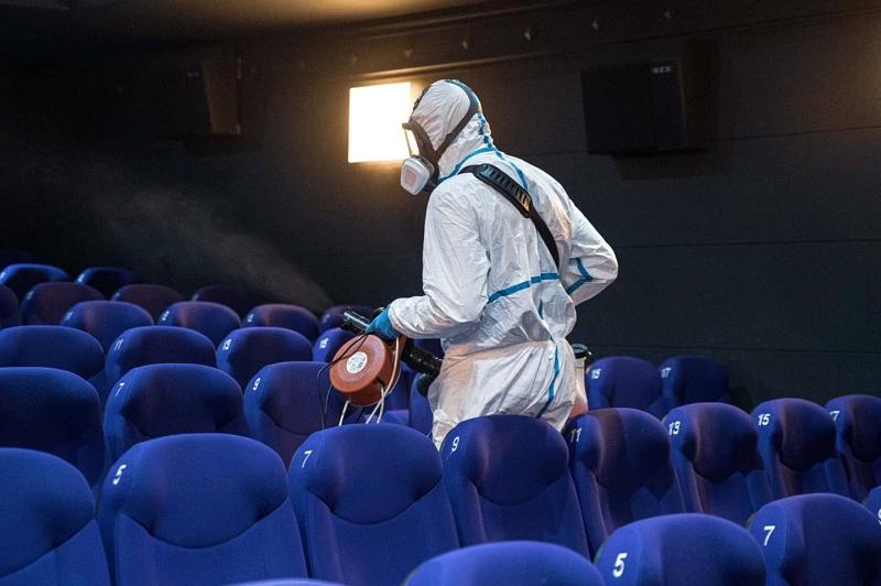Desinfección en las salas de cine. Foto: EZAE