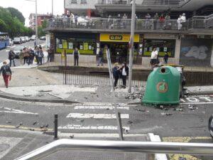 Foto1 300x225 - Un herido tras chocar con su coche en el Paseo Larratxo de Altza