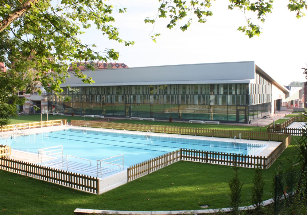 Piscina exterior del polideportivo Etxadi. Foto: Ayuntamiento