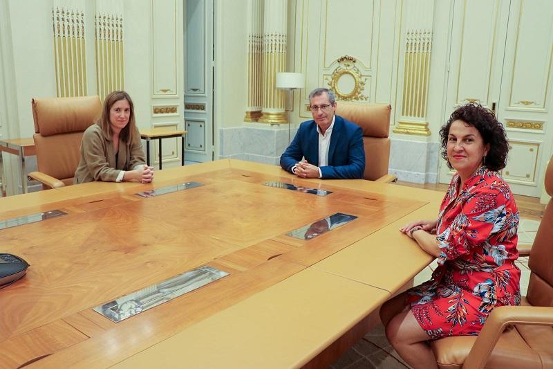 Ane Insausti Altuna con diputado general Markel Olano y la diputada Ainhoa Aizpuru. Foto: Diputación