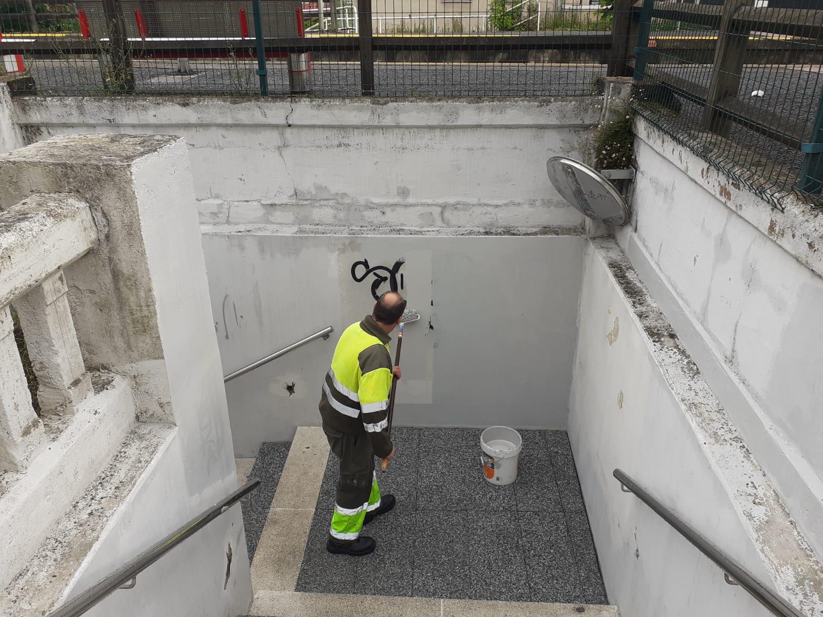Un operario eliminando los gratifits del pasadizo. Foto: Ayuntamiento de Donostia