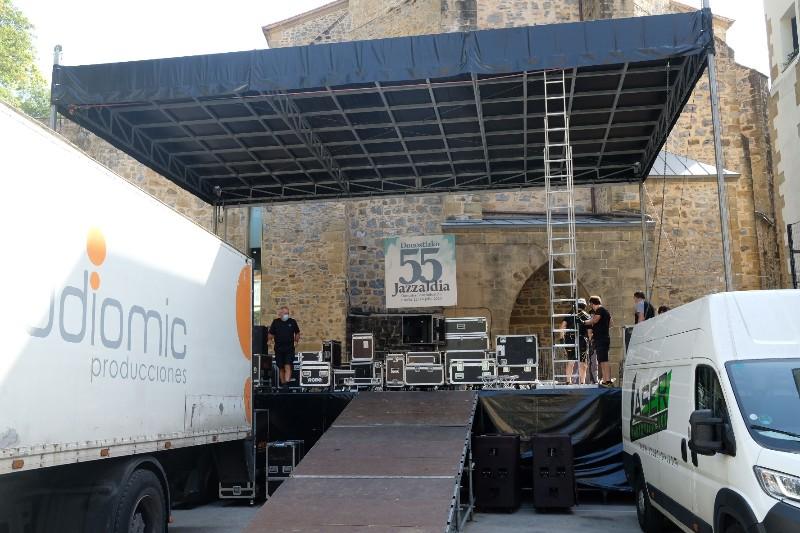 Montaje del escenario esta mañana en la plaza de la Trinidad. Foto: Santiago Farizano