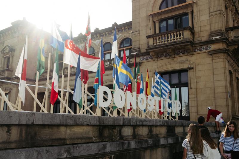 Banderas en el Ayuntamiento en conmemoración de la Donosti Cup que se tenía que estar celebrando. Foto: Santiago Farizano