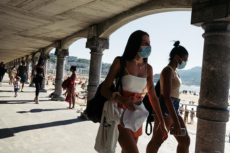 Mascarillas en la playa de la Concha. Foto: Santiago Farizano