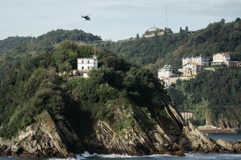 Imagen del helicóptero trasladando la grúa a la isla en octubre de 2019. Foto: Santiago Farizano
