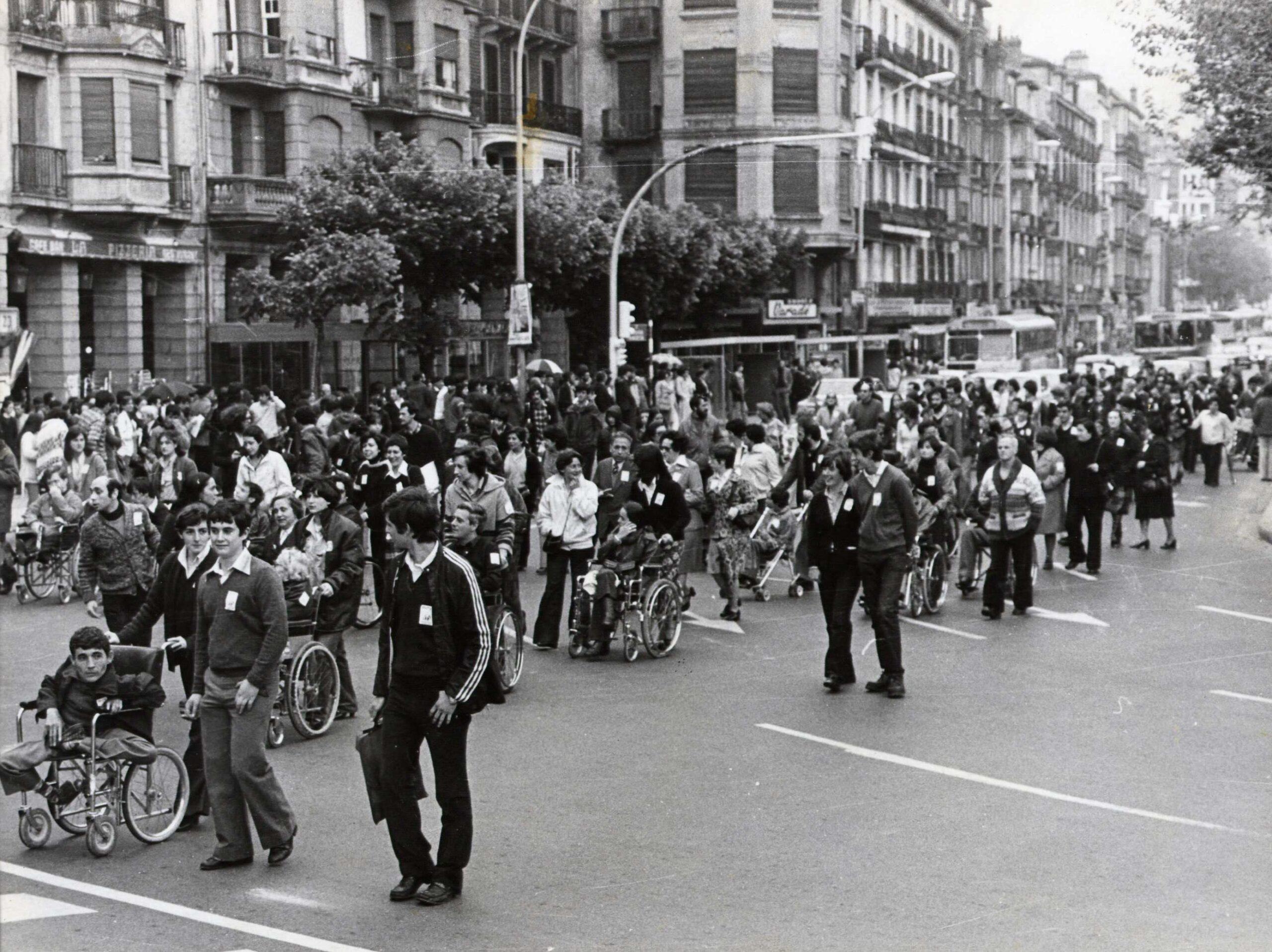 Manifestación el 21 de mayo de 1978 en Donostia donde se reivindicaba la escolarización total y gratutita para todos y la integración laboral de las personas con discapacidad. Foto: Elkartu