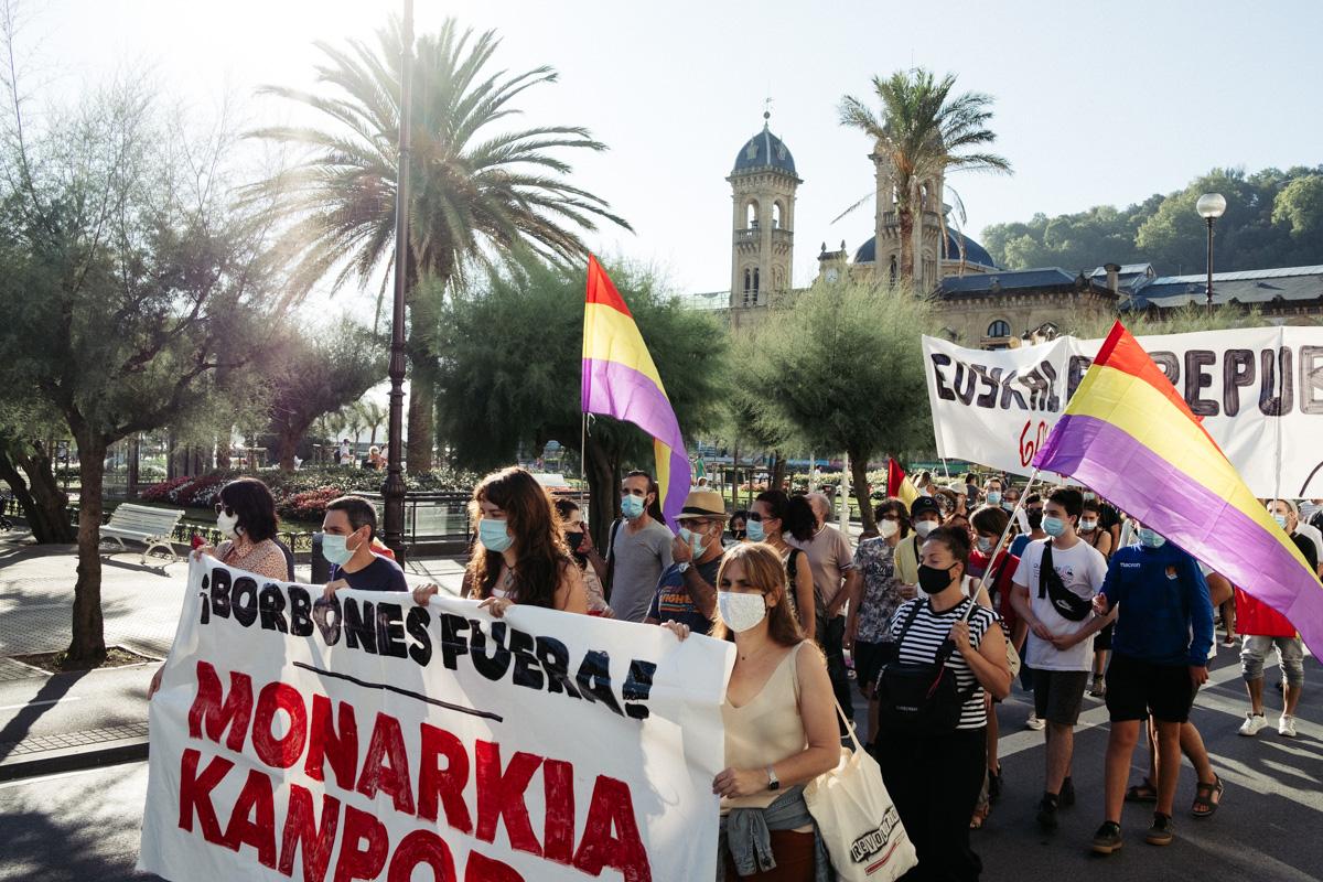 DSCF8554 - Nutrida manifestación contra la monarquía en Donostia