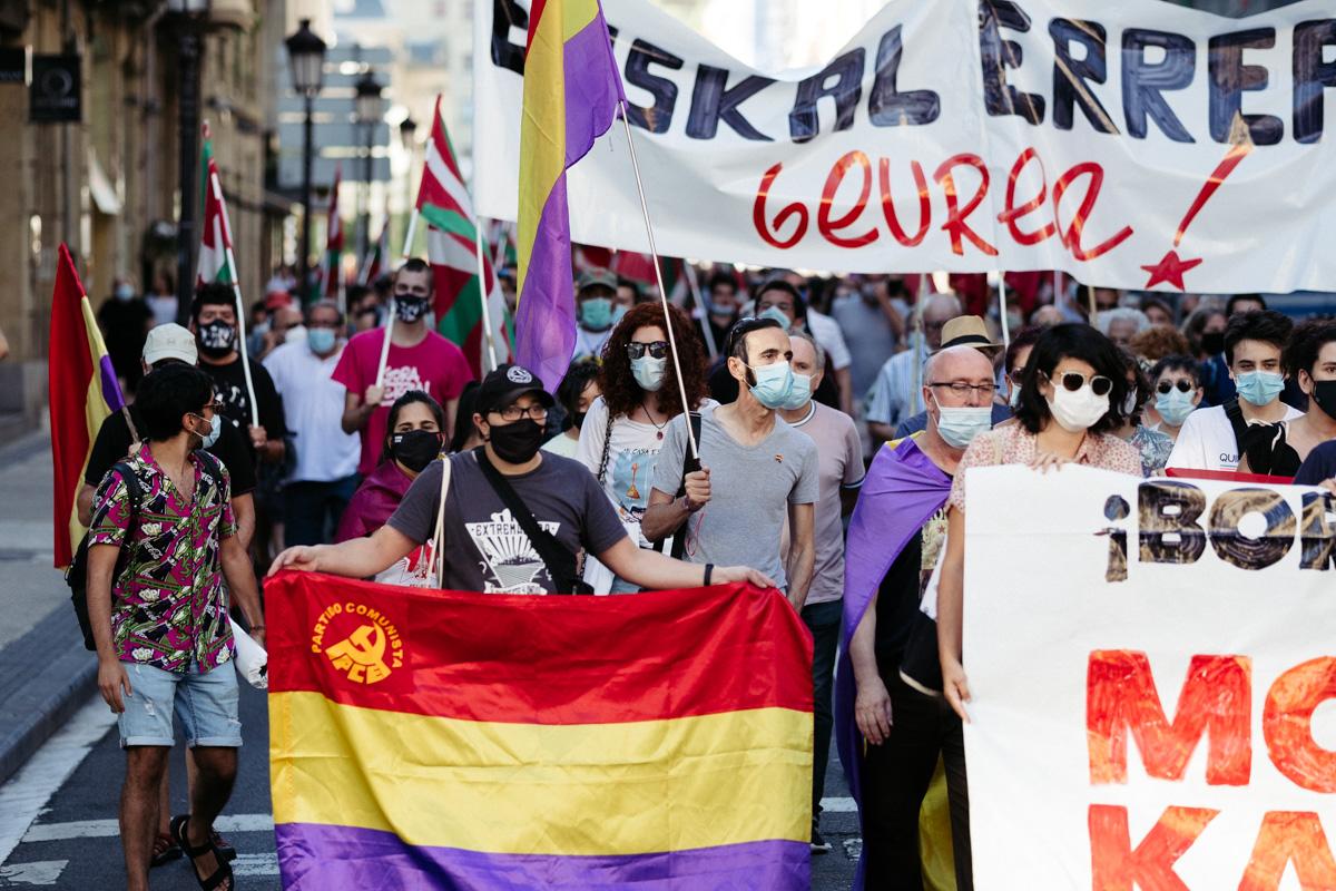 DSCF8603 Nutrida manifestación contra la monarquía en Donostia