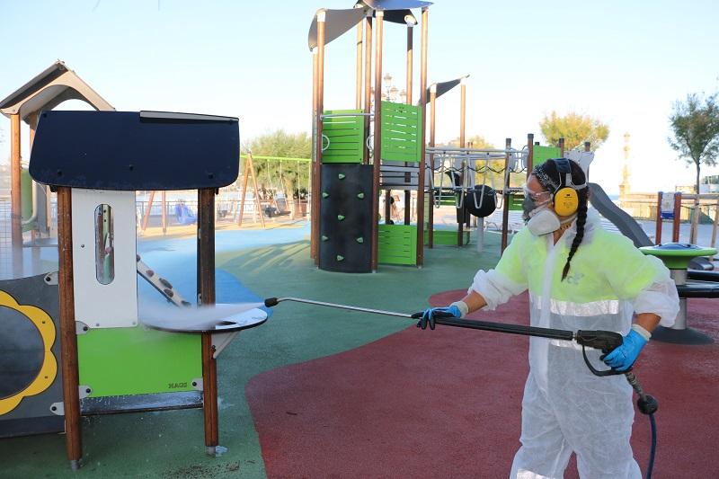 Una operaria desinfecta el parque infantil de Alderdi Eder. Foto: Ayuntamiento