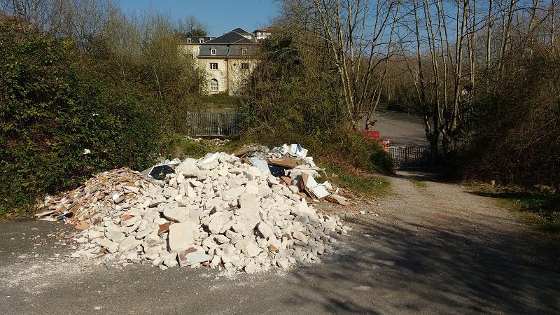 Escombrera en Martutene tal y como estaba en febrero. Fotos: Eguzki