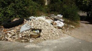 Martutene escombrera2 300x169 - Una escombrera ilegal crece en Martutene