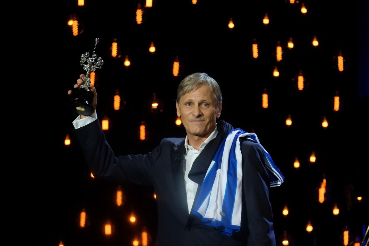 Con el Premio Donostia y la camisetas de la Real Sociedad. Fotos: Santiago Farizano
