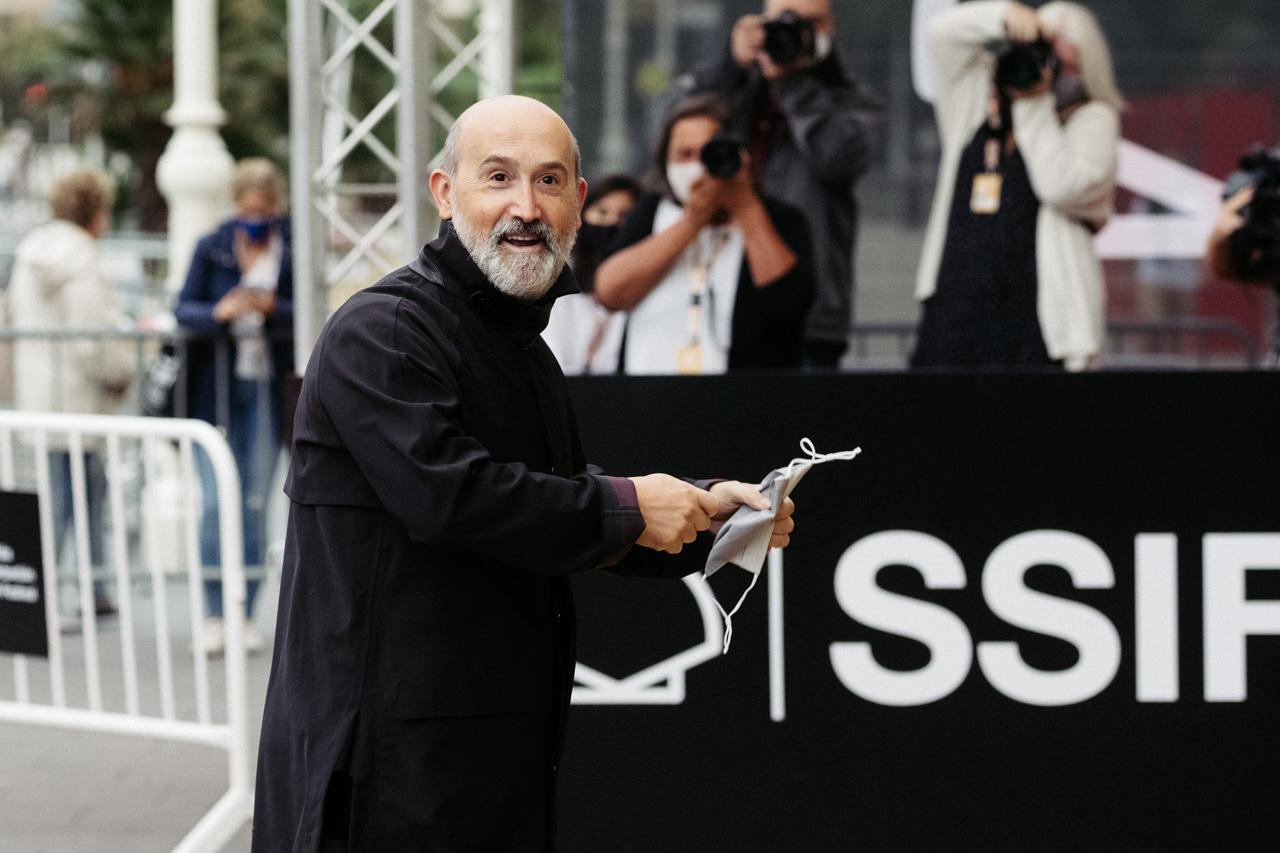 Javier Cámara llega a Donostia. Fotos: Santiago Farizano