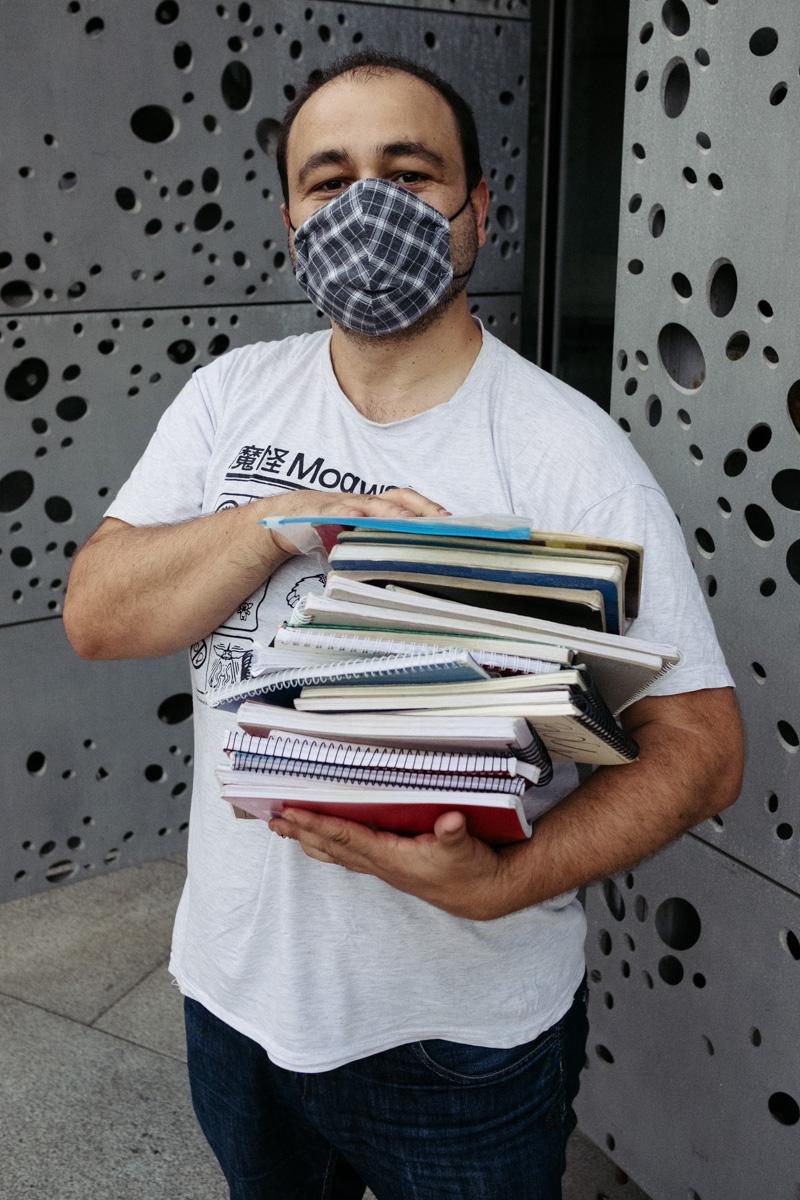 Jon Ruiz con sus autógrafos. Fotos: Santiago Farizano