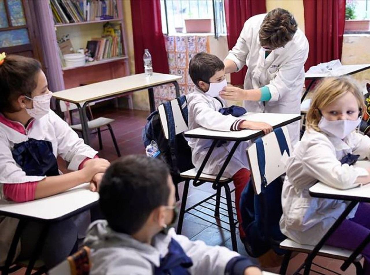 Una enfermera enseña a poner la mascarilla en un colegio. Foto: Satse.