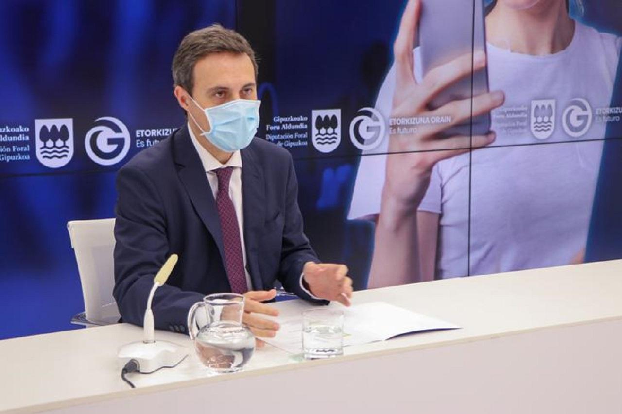 Jabier Larrañaga, diputado gipuzkoano de Hacienda, presentando los datos. Foto: Diputación de Gipuzkoa.