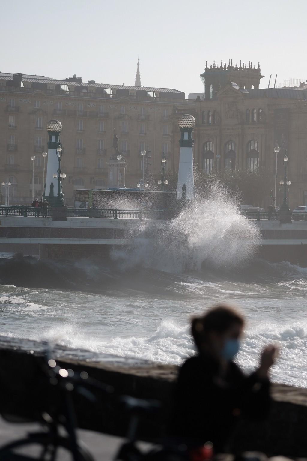 2020 1029 15234200 copy 1024x1536 - El temporal de mar se despide sin desperfectos y con bonitas estampas