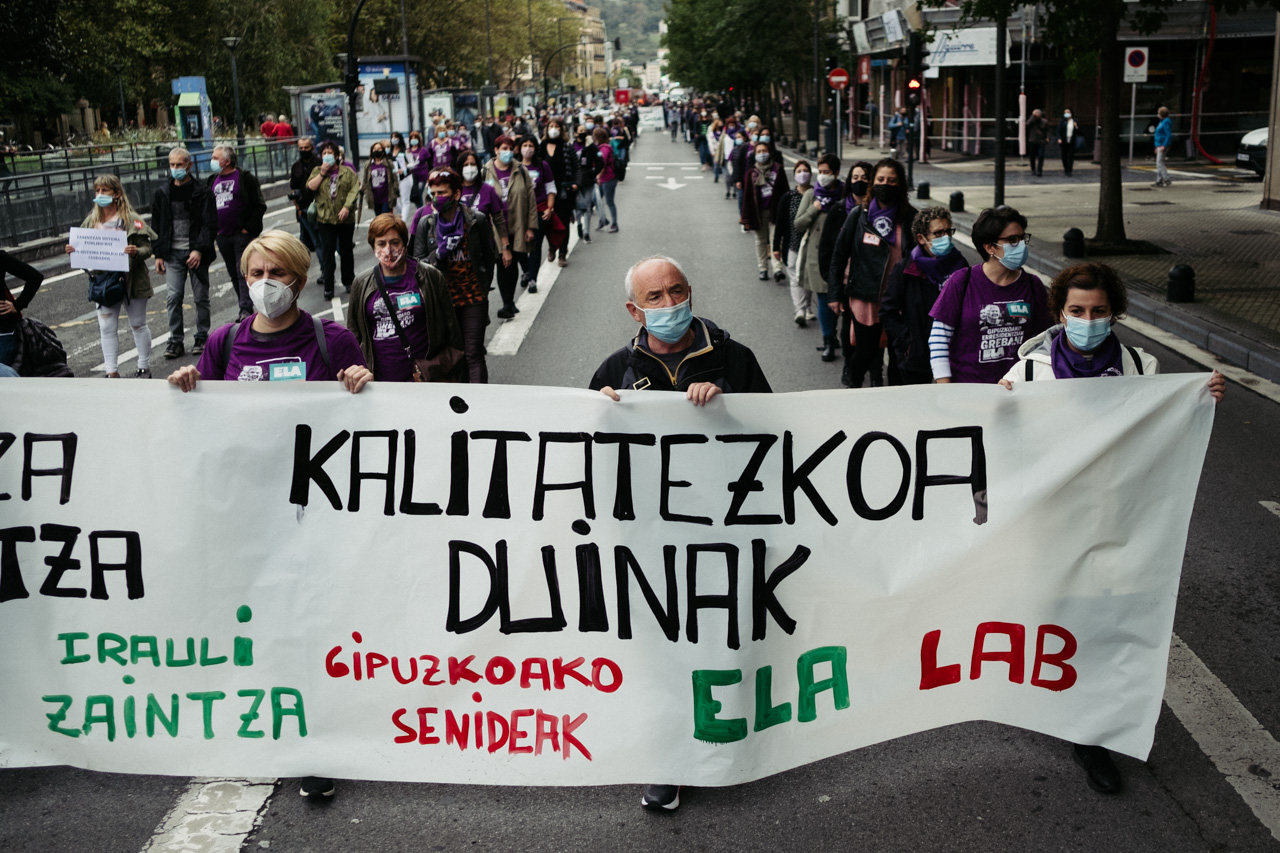 Manifestación esta mañana en Donostia por la situación de las residencias. Fotos: Santiago Farizano