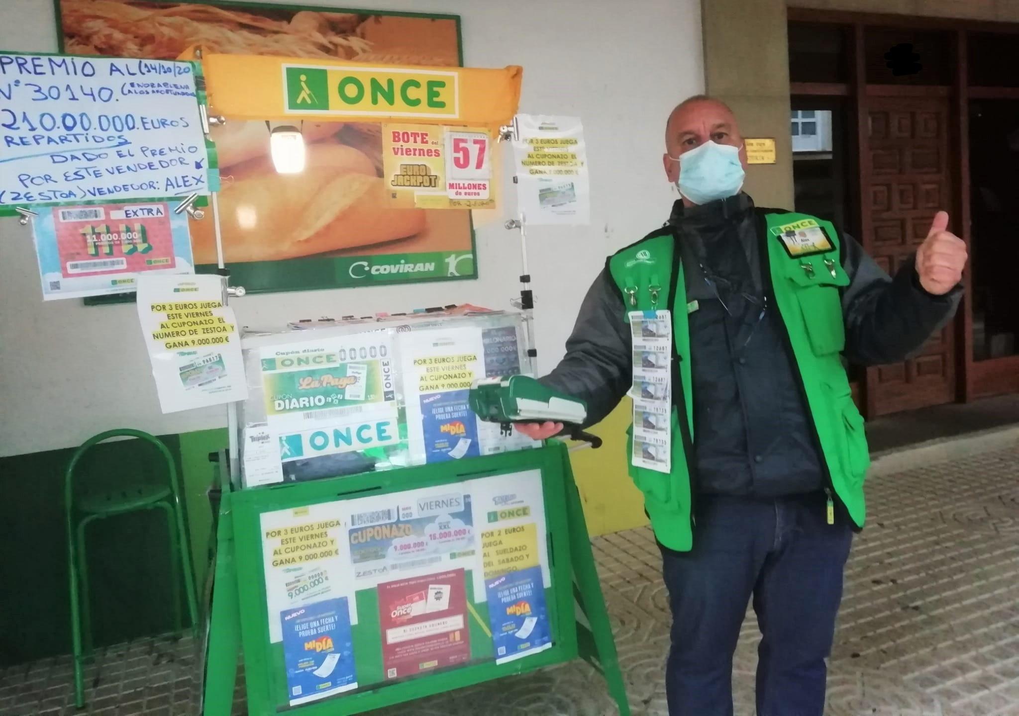 El vendedor Alejandro Acevedo que ha repartido suerte en Azpeitia y Zestoa. Foto: ONCE