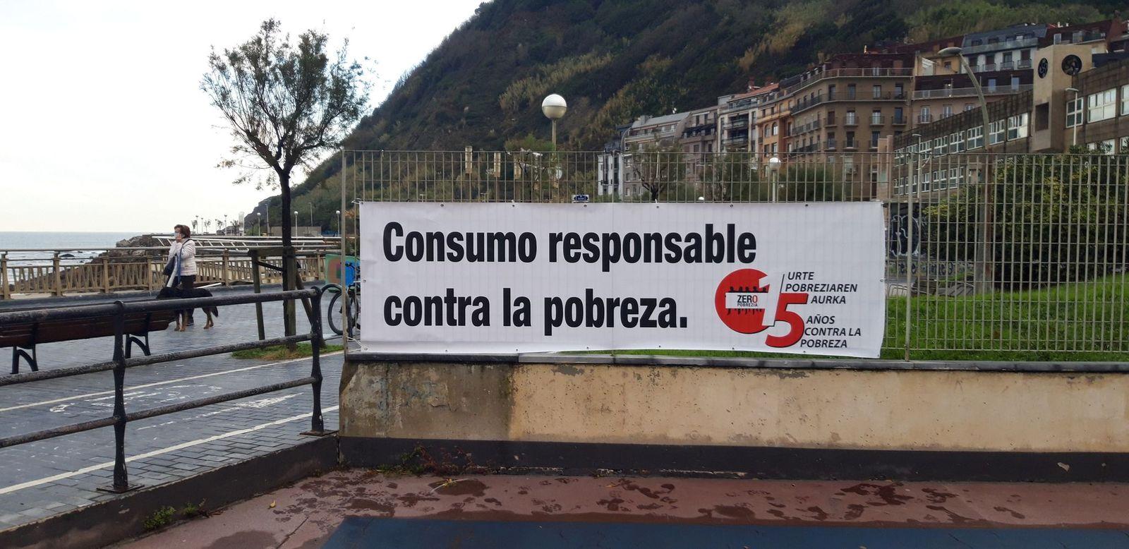 Pancarta desplegada en Gros. Foto: Plataforma Pobreza Cero de Donostia
