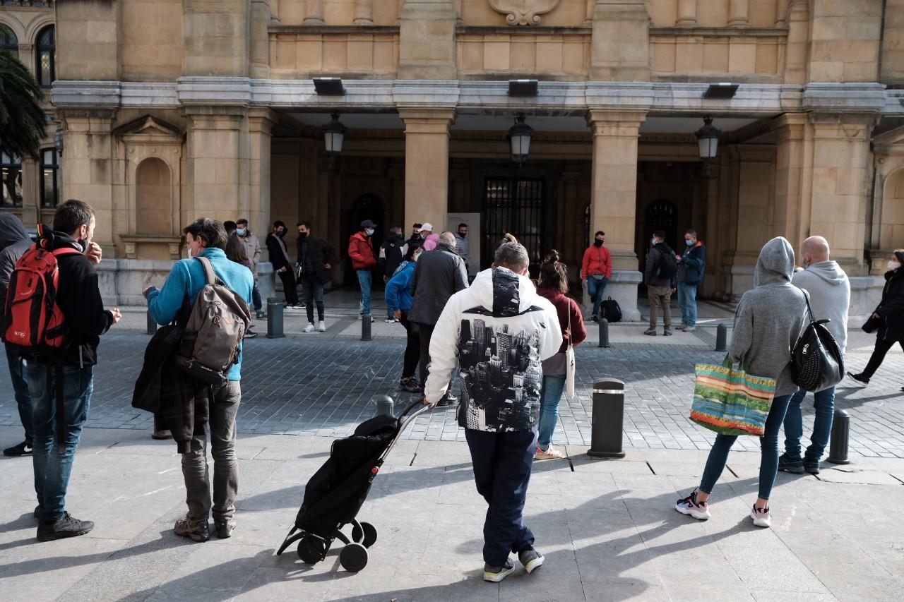 Algunos de los desalojados del Infierno este mediodía ante el Ayuntamiento. Fotos: Santiago Farizano