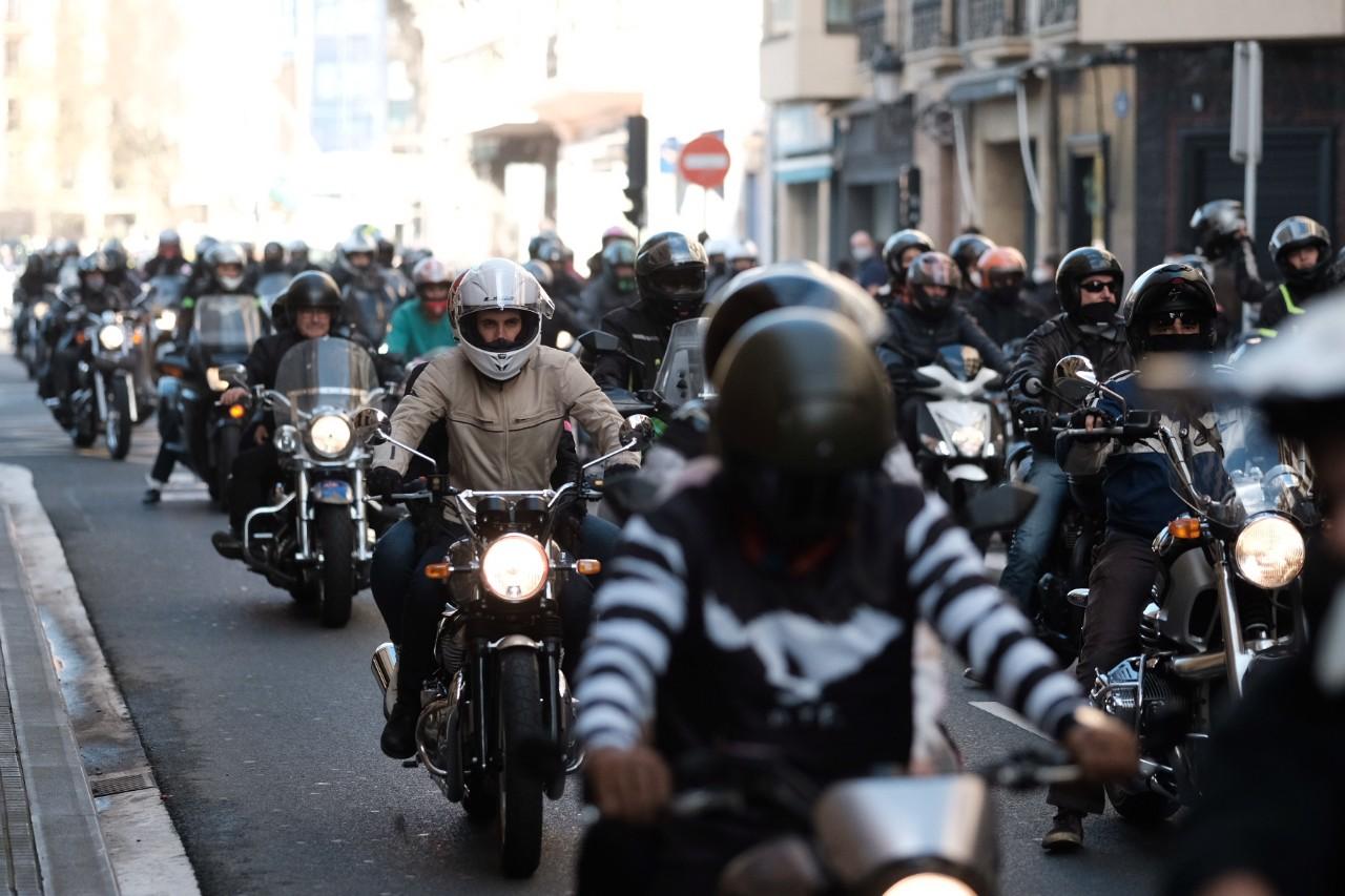 Marcha motera de este mediodía en Donostia por el derecho a la movilidad. Fotos: Santiago Farizano. (Dentro vídeos)