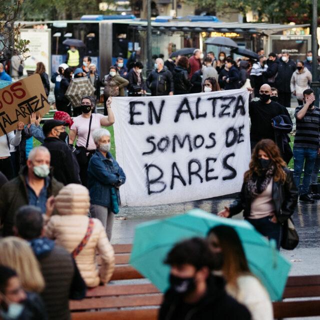DSCF7146 La hostelería, maltrecha, saca a miles de personas por las calles de Donostia