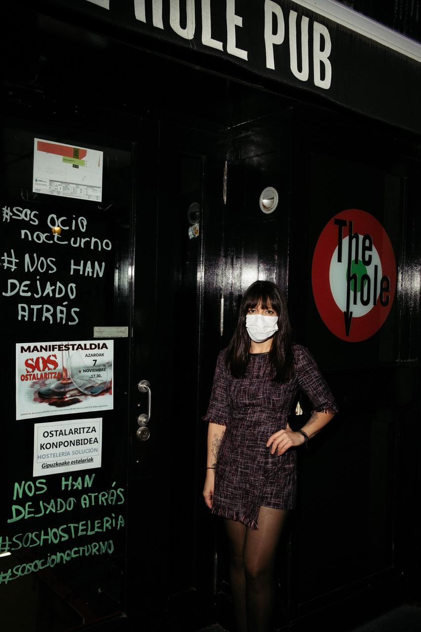 Natalia Medina en la puerta del pub The Hole. Foto: Santiago Farizano