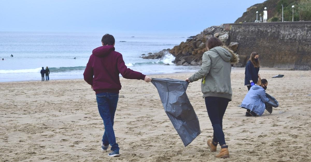 Recogida de residuos en las playas organizada por la Universidad de Deusto en noviembre. Foto: Deusto