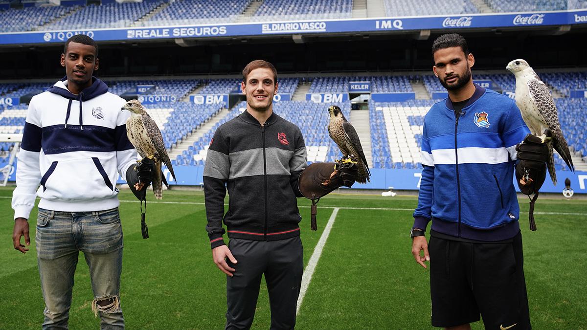Isak, Bautista y Willian José posan con los halcones. Fotos: Real Sociedad
