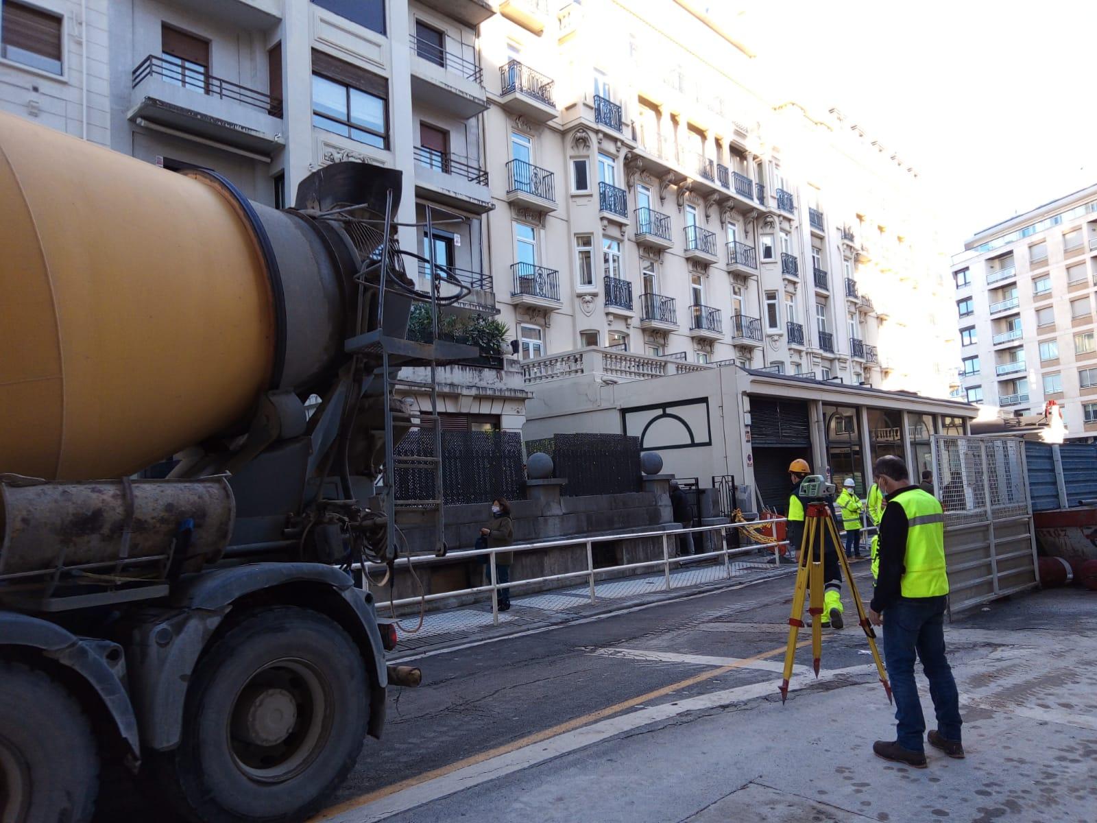 Un camión hormigonera el 17 de noviembre tras abrirse el socavón en Zubieta 8. Foto: A.E.