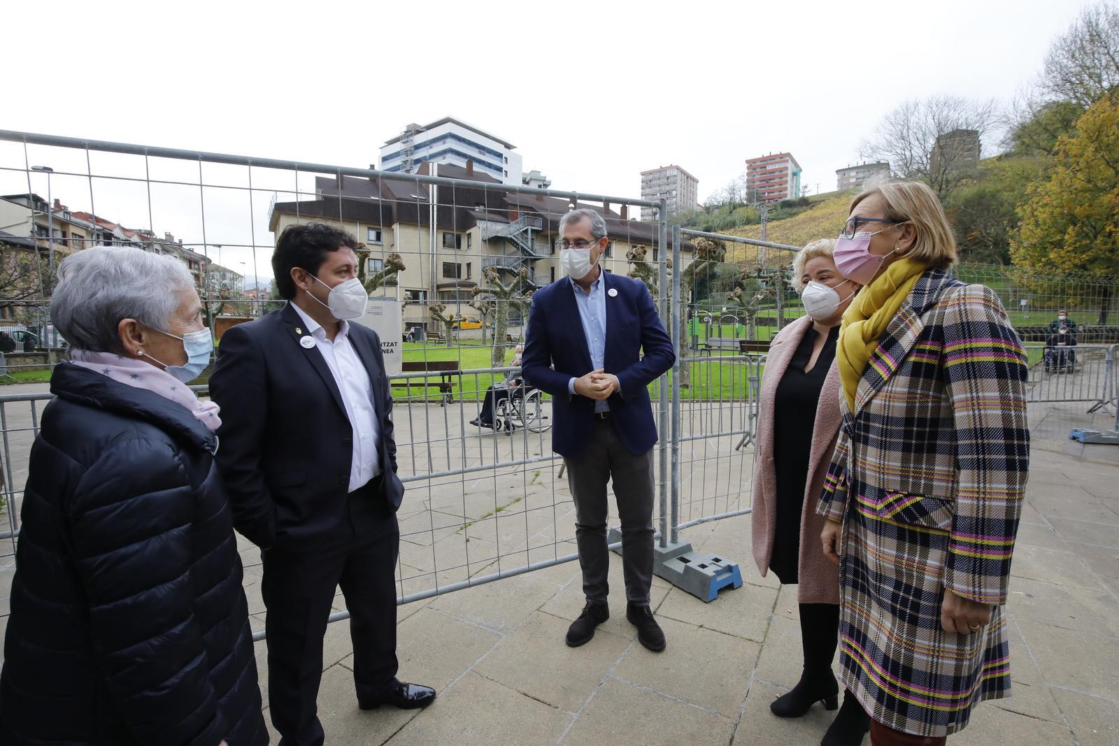 Markel Olano visita con otros responsables de la Diputación la residencia Santa Ana de Zarautz. Foto: Diputación