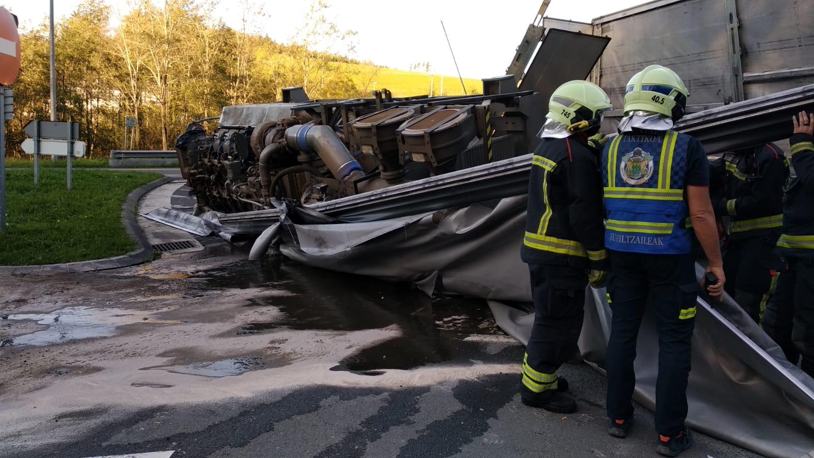 Un camión pierde la carga en Zestoa. Foto: Bomberos de Euskadi