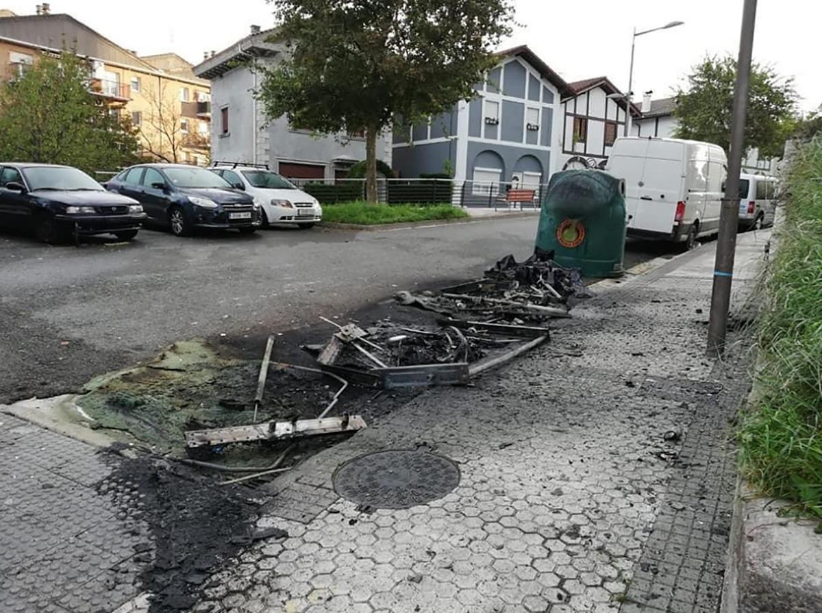 Contenedores quemados el pasado 18 de octubre en Larratxo. Foto: Ayuntamiento