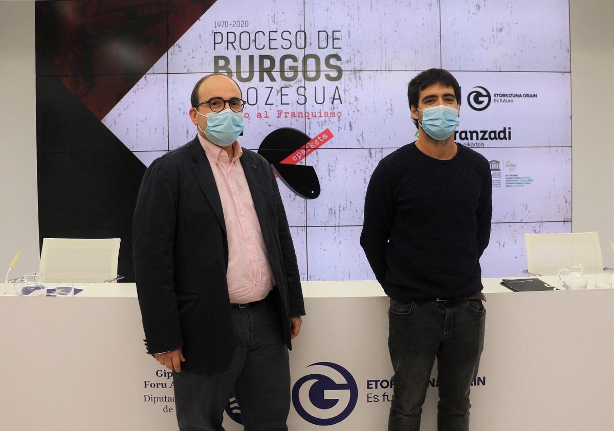 Ion Gambra,   director foral de Derechos Humano y Cultura Democrática, y Javi Buces, investigador de Aranzadi y comisario de la exposición. Foto: Diputación