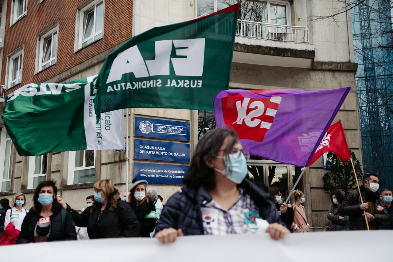 Concentración de los sindicatos esta mañana en Donostia. Foto: Santiago Farizano