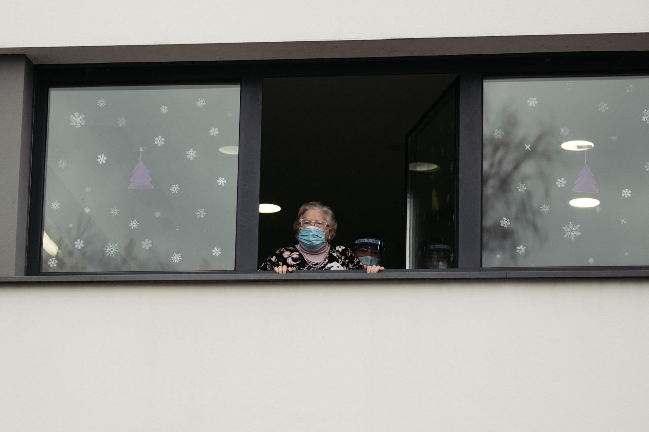 Una mujer observa desde una residencia de mayores. Foto: Santiago Farizano